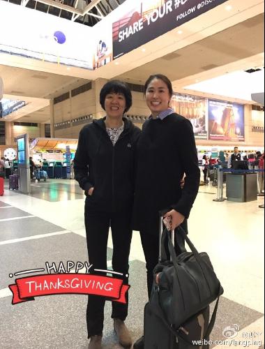 郎平抵达美国获女儿接机 笑容满面感恩球迷支持