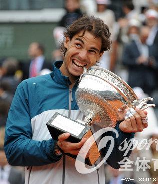 纳达尔:第八次捧起法网男单奖杯 成史上第一人