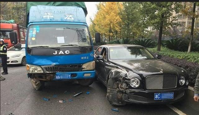 据办案民警介绍,货车是长沙牌照,买了50万元的三责险,驾驶