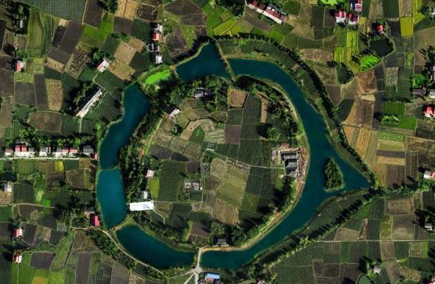 从澧县县城出发,西北10公里处就是城头山遗址。这是中国迄今发现的最早城市,距今约6000年。   6000年的漫长岁月,沧海变桑田,高峡出平湖。如今站在城头山遗址博物馆,与那6000年前的城墙、祭坛、稻田相遇,留下的是一部城市文明的演变史。   智慧之城   宽阔的护城河,高大的城墙,环围着这座雄踞一方的古城。城墙的东西南北,各开有一道城门。南门外,有一条古城早期通往城外的陆地通道。北门是与护城河相通的水塘,东门是船埠,西门则是一个有一片开阔地的豁口。城中心部位是像三角帐篷一样隆起的陶窑。从它的结构